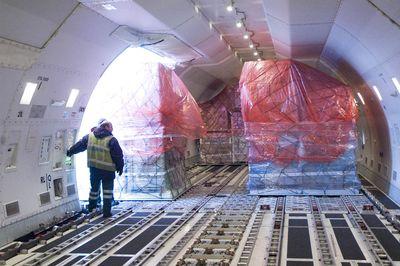 Какие ограничивающие технические факторы следует учитывать при организации авиаперевозок
